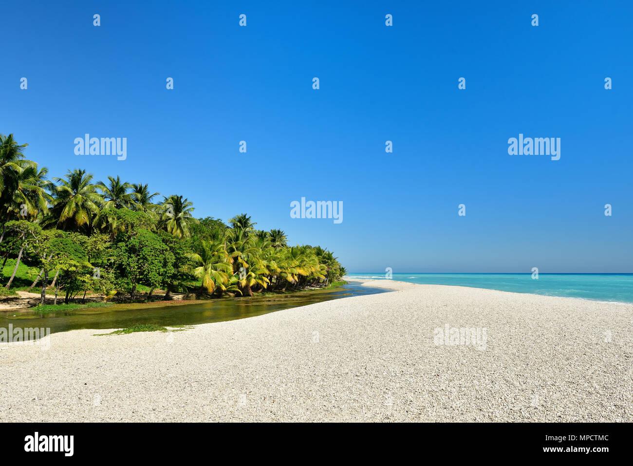 Playa salvaje en el sur-oeste de la República Dominicana en la cerca de la aldea de Paraiso Imagen De Stock