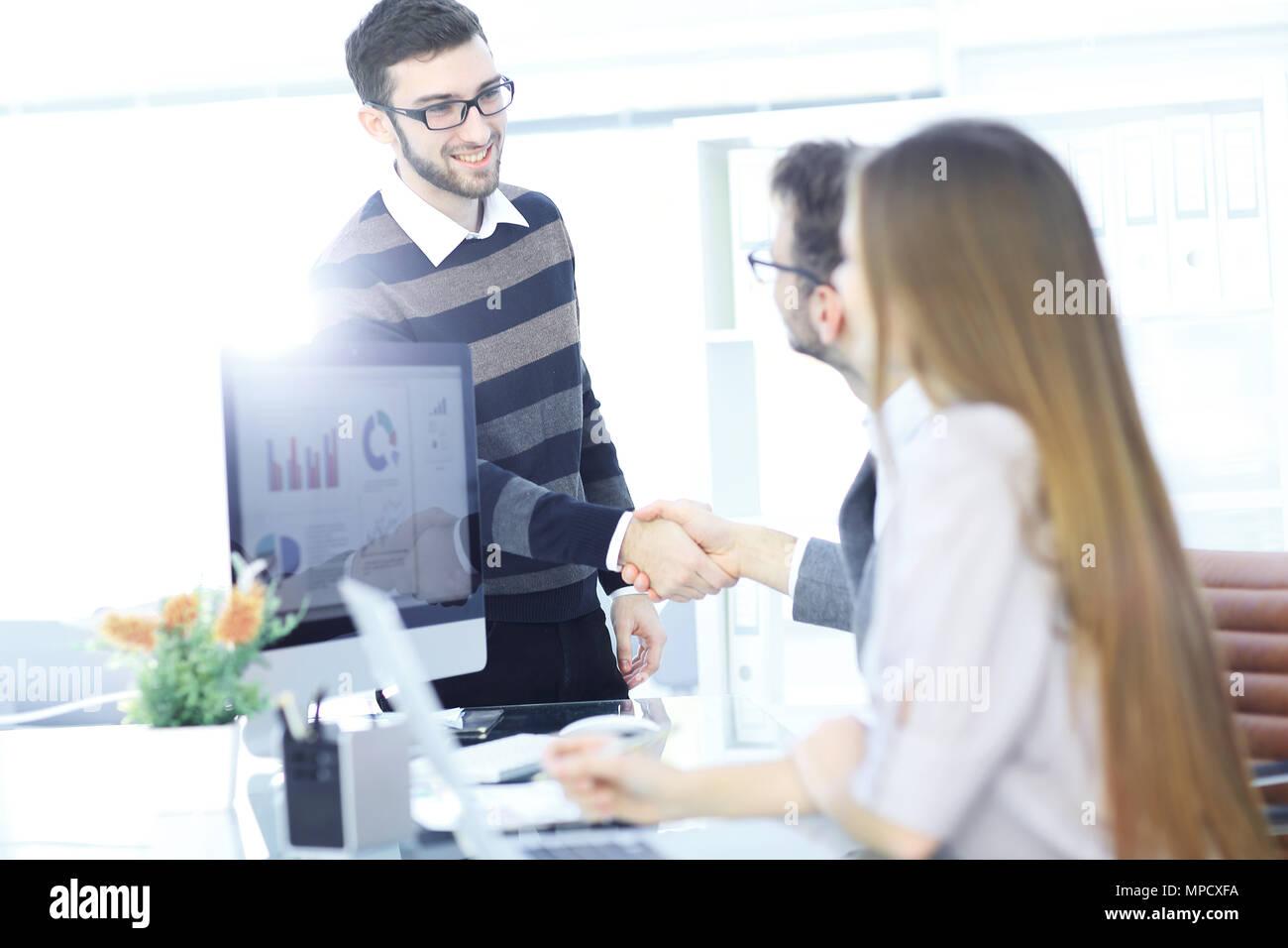 Acoge con satisfacción el cliente Manager con un apretón de manos Imagen De Stock