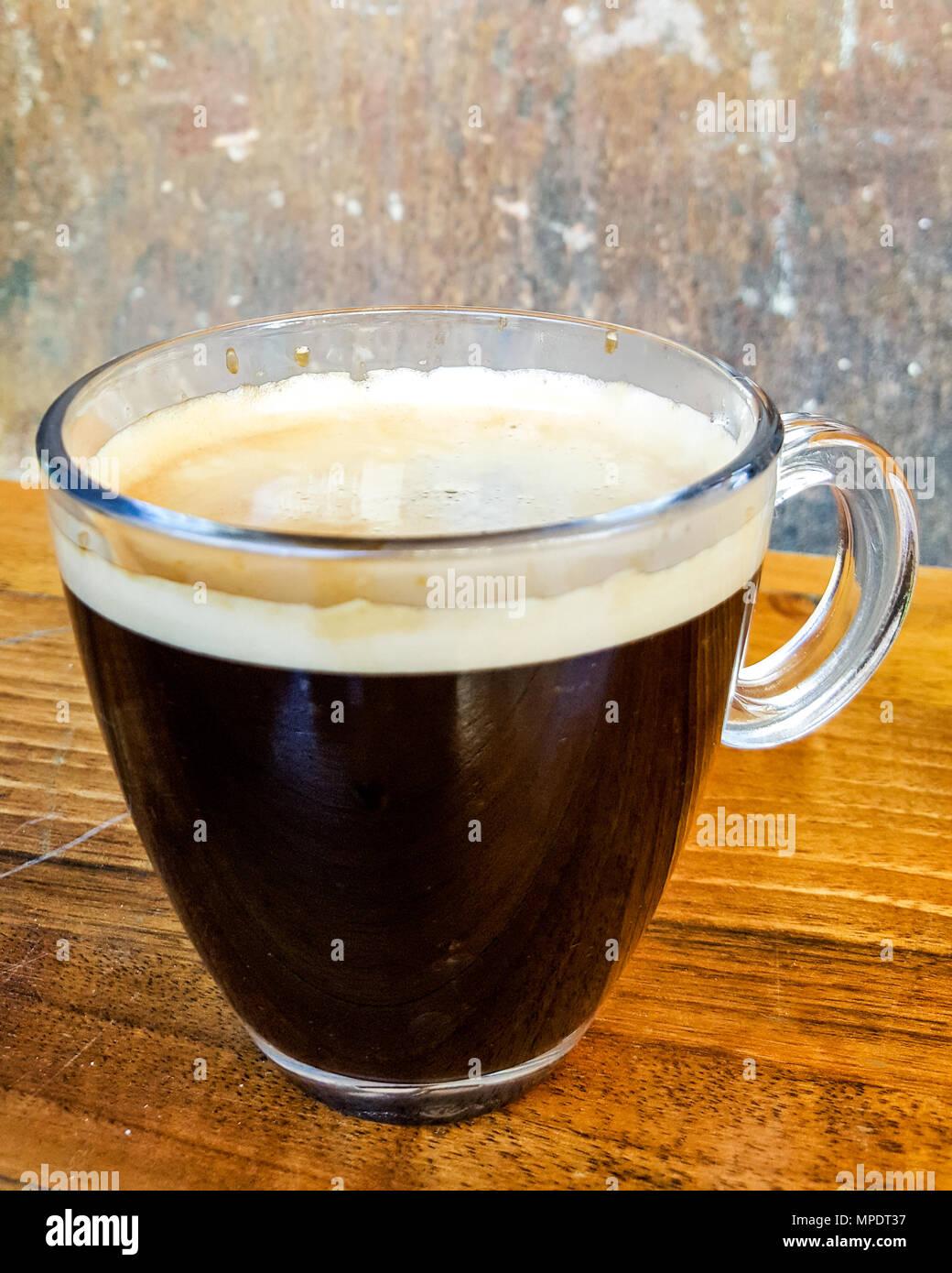Café Americano sobre superficie de madera copia espacio. concepto de bebidas. Imagen De Stock