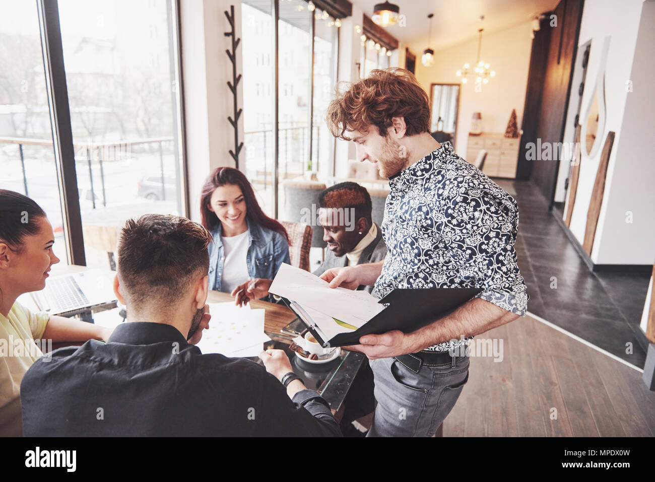 Trabajo en equipo Diversidad inicio sesión de intercambio de ideas de concepto. Equipo empresarial compañeros compartir Economía Mundial Informe Documento Portátil.Las personas que trabajan la planificación Arranca.grupo de jóvenes Hipsters discutiendo Cafe Imagen De Stock