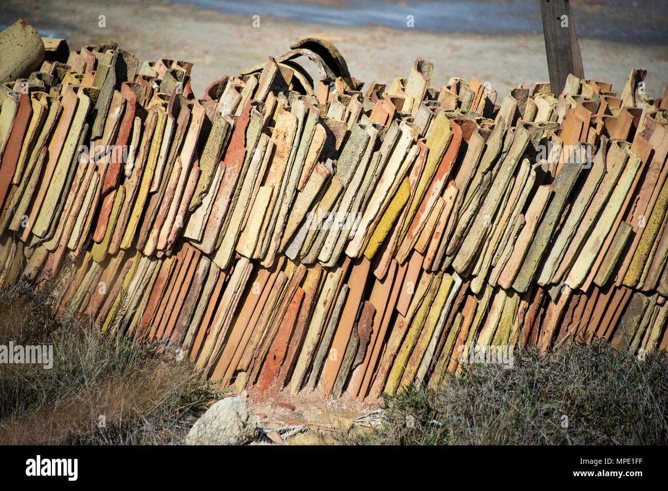 Baldosas de terracota utilizado para cubrir los montones de sal, Moxia, Marsala, Sicilia Imagen De Stock