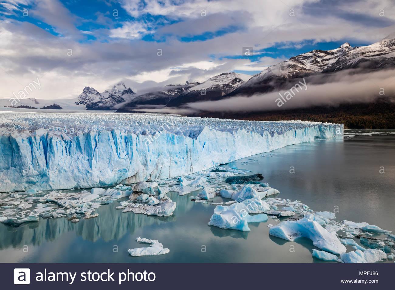 El Glaciar Perito Moreno es un glaciar ubicado en el Parque Nacional Los Glaciares en la provincia de Santa Cruz, Argentina. Es uno de los más importantes tou Foto de stock