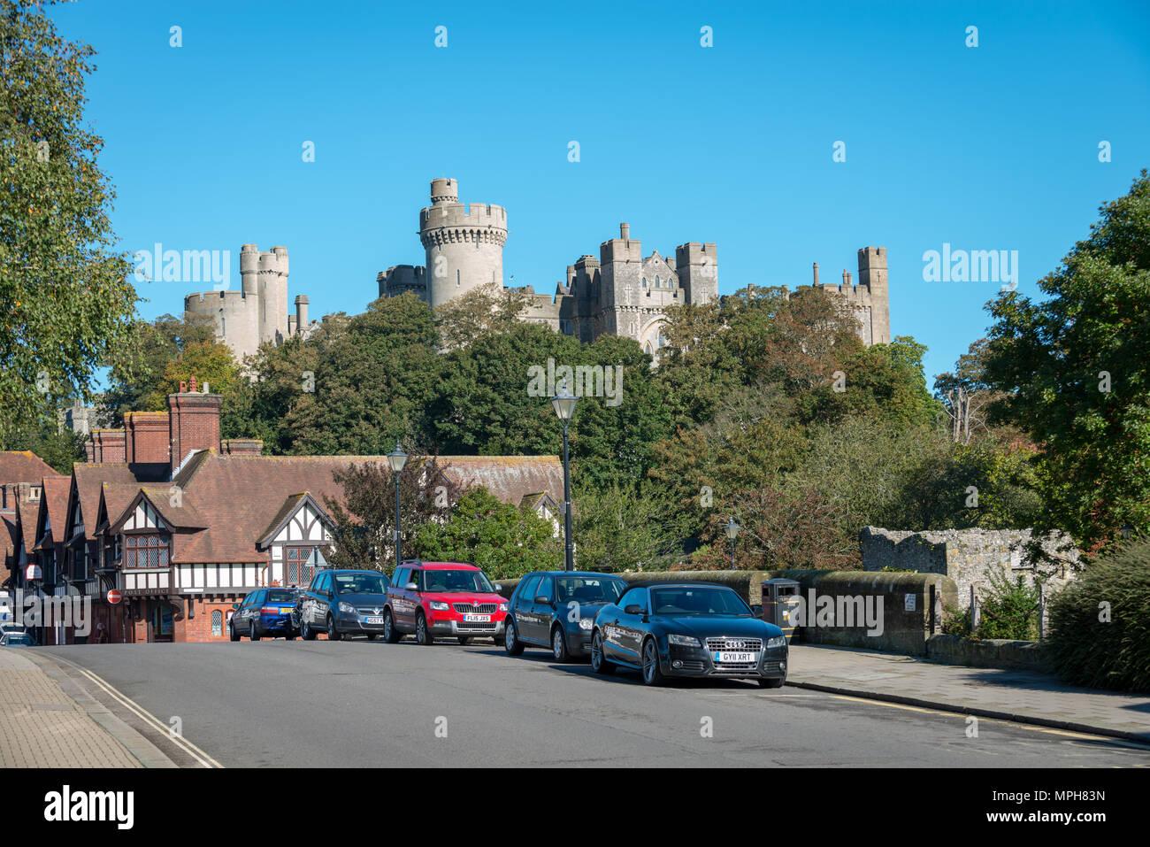 Castillo de la ciudad de Arundel. Coches estacionados en una carretera cerca del Castillo de Arundel en Arundel, West Sussex, Reino Unido. Foto de stock