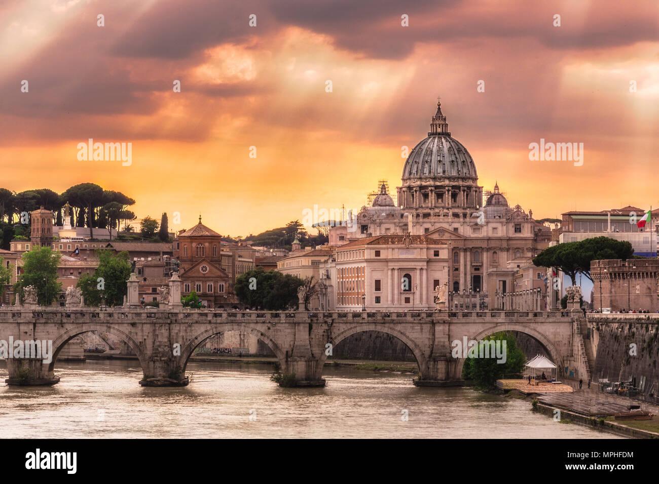 Que la ciudad de Roma, cerca de mí es increíble. Sólo la lluvia goteado ligeramente, pero la vida se replegaron en las callejuelas de la ciudad, dejando myse Foto de stock