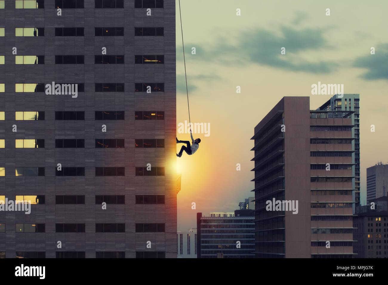 Empresario escalar un rascacielos. Logro objetivo empresarial y difícil concepto de carrera Imagen De Stock