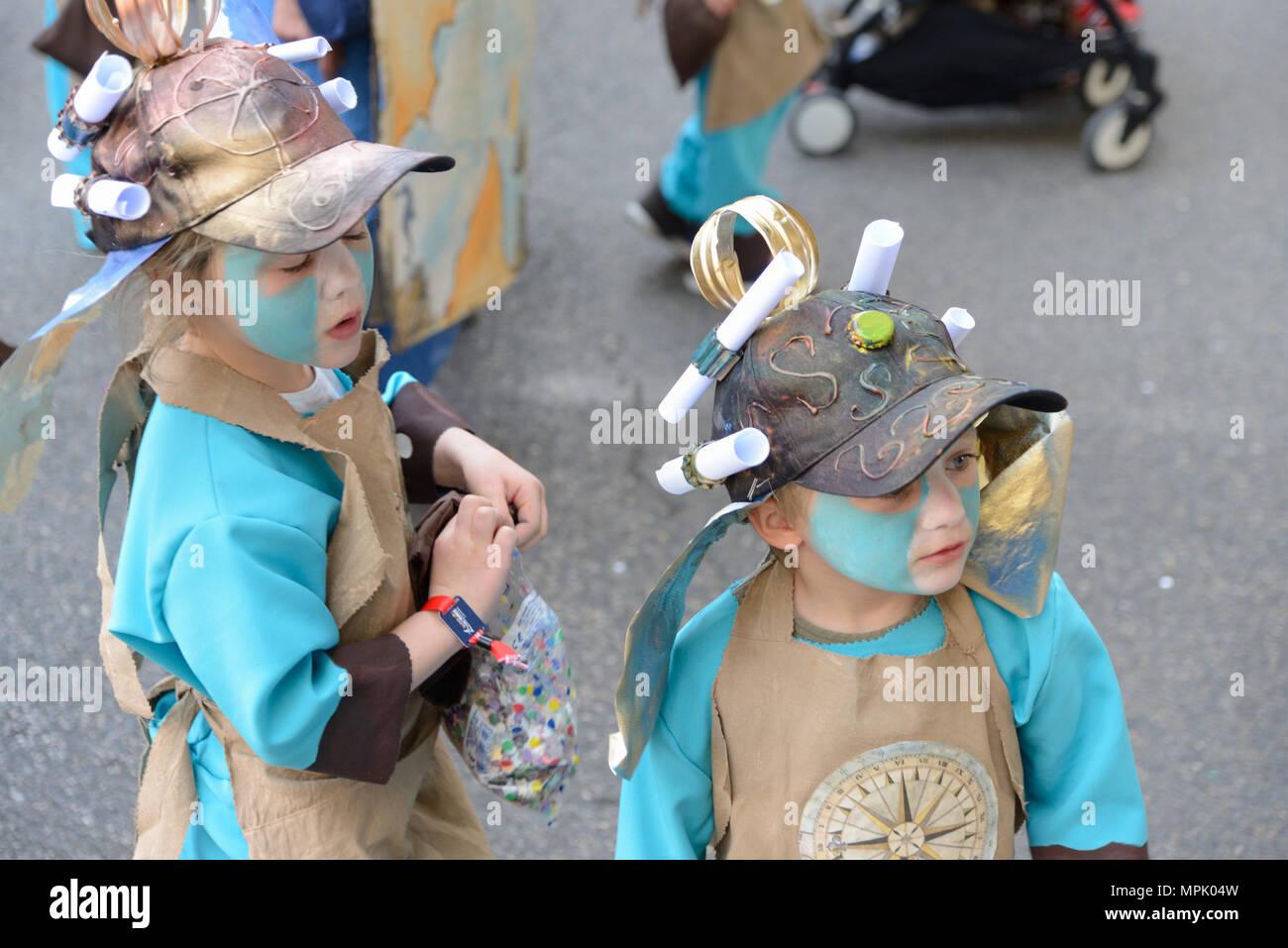 Chico y chica vistiendo disfraces o vestuario teatral para el carnaval anual de primavera en Aix-en-provence Provence francia Imagen De Stock