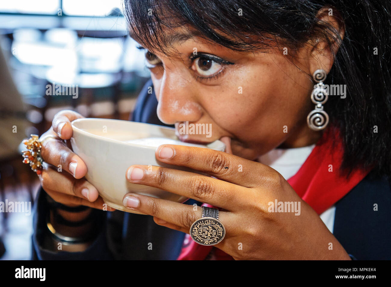 Montreal Canadá Atwater, Boulangerie Premiere Moisson negro mujer bebe café latte café tazón de leche Imagen De Stock