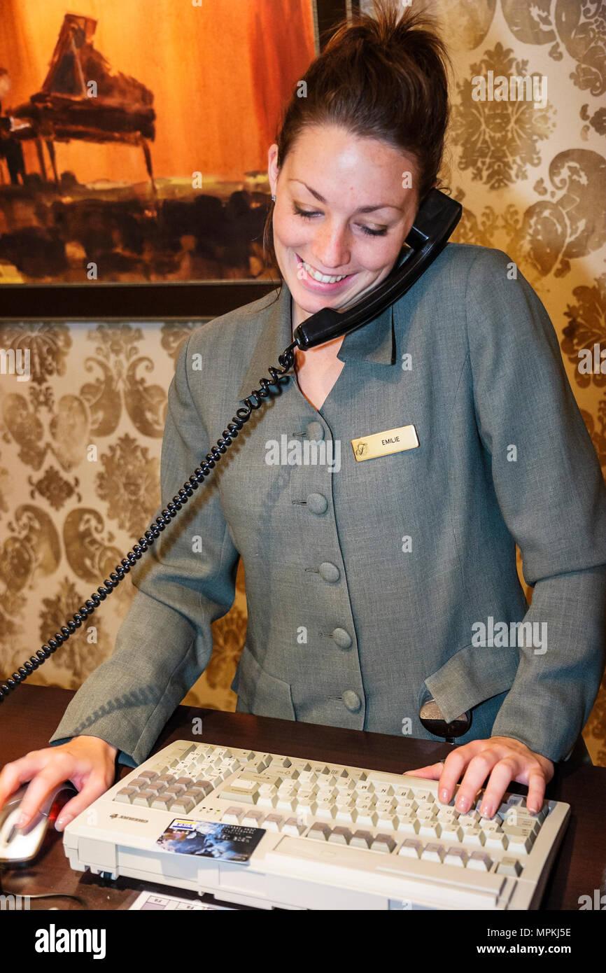 Montreal, Canadá, del Boulevard Rene Levesque Fairmont Queen Elizabeth Hotel reservationist hembra teclado telefónico Imagen De Stock