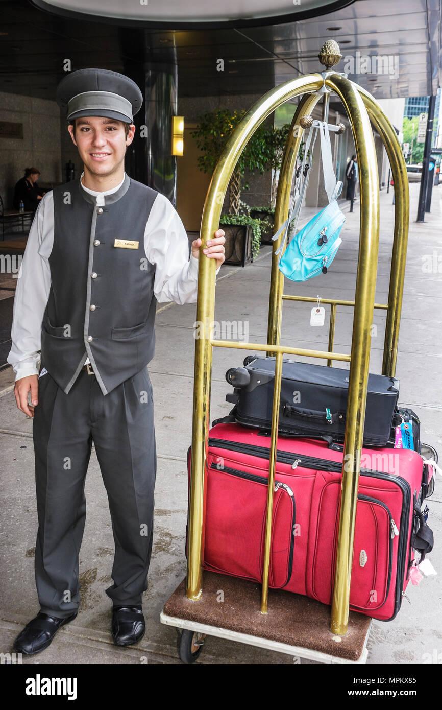 Montreal, Canadá, del Boulevard Rene Levesque Fairmont Queen Elizabeth Hotel portero servicio de carros de equipaje Imagen De Stock