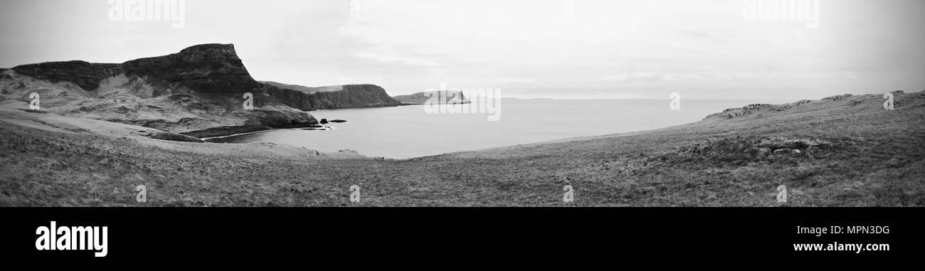 Waterstein Head Cliff Bay Moonen y silenciosa. Vista panorámica de Neist Point, rocosa costa del océano. Highlands de Escocia, Reino Unido, Europa Foto de stock