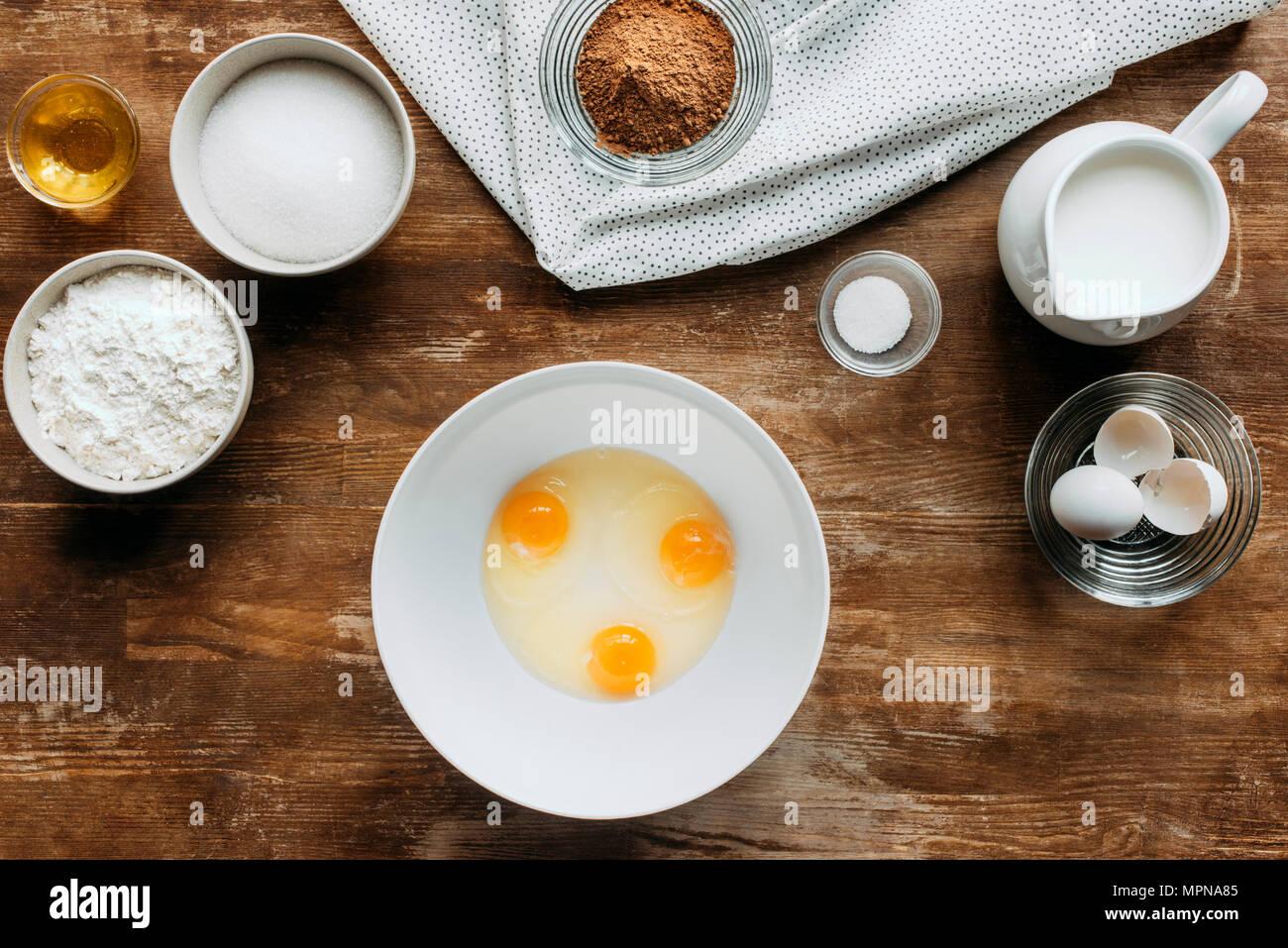 Vista superior de ingredientes para pastelería en mesa de madera Imagen De Stock