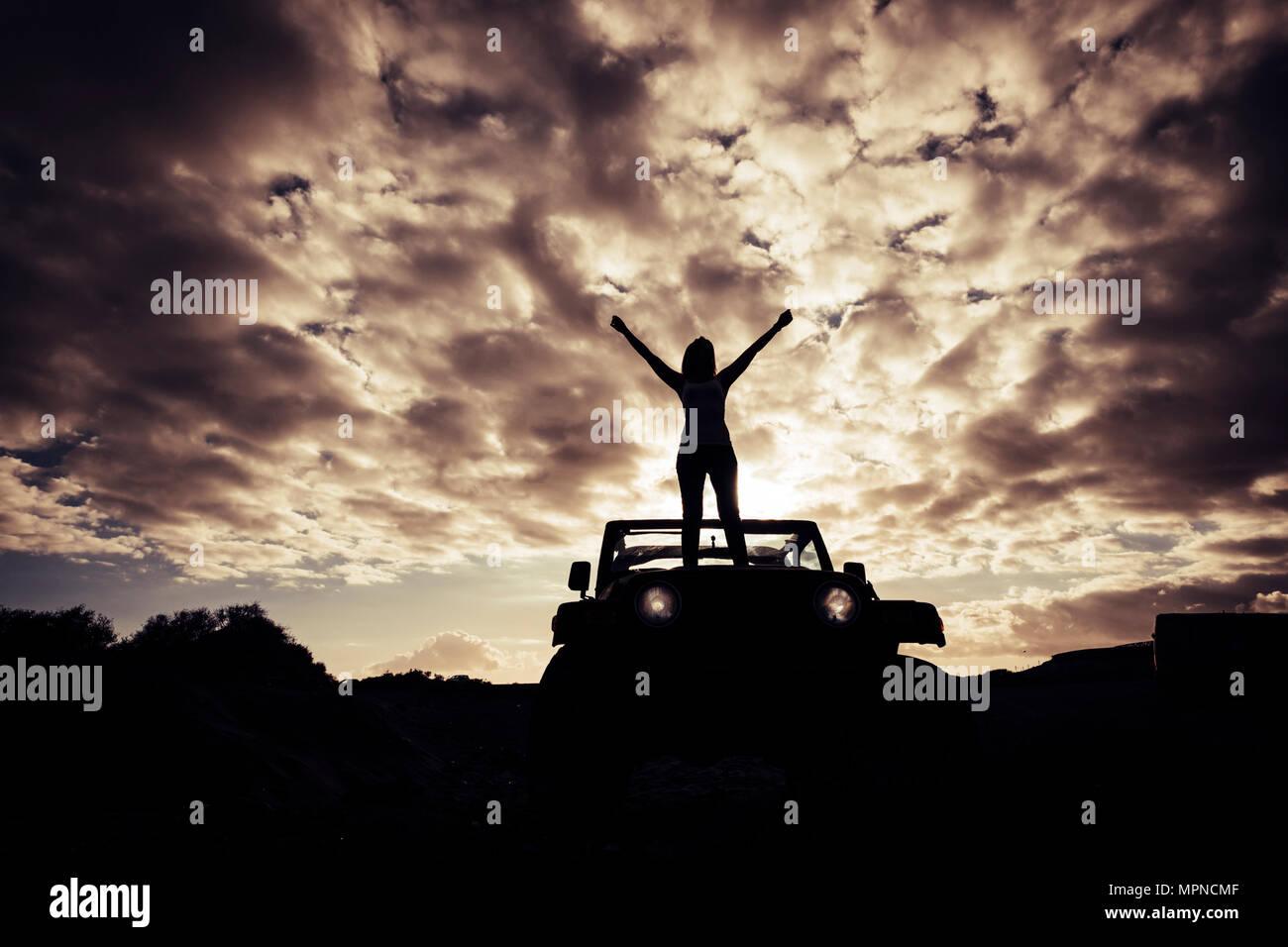 Gran puesta de sol paisaje y libertad de estilo alternativo concepto. wanderlust y descubrir el mundo con niña disfrutando de la vida. Imagen De Stock