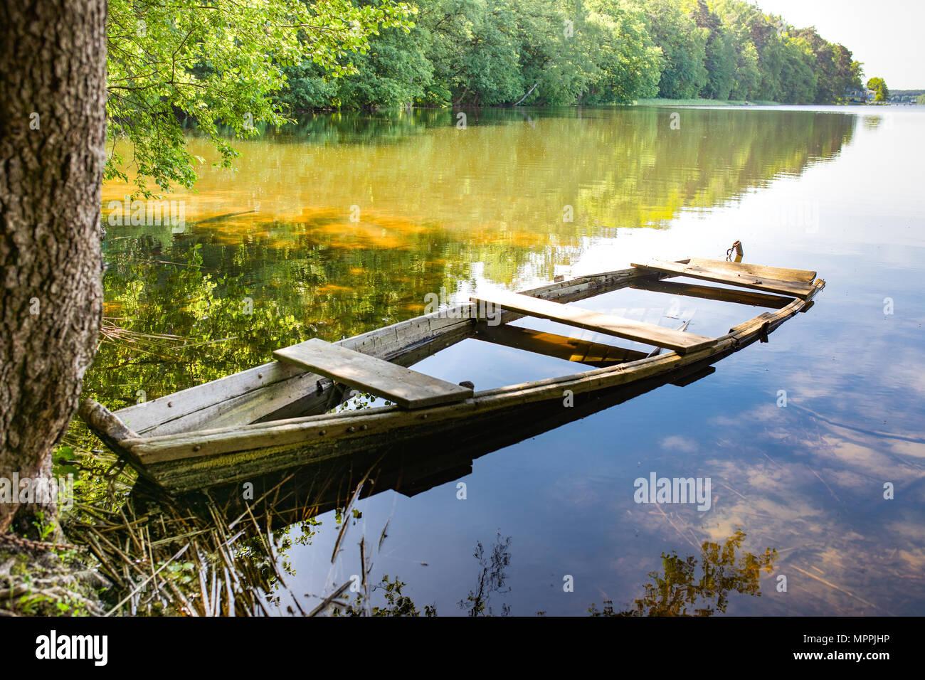 Masurian lago y un arranque de pesca. Coloridas hojas, agua azul y el cielo soleado con algunas nubes blancas. Masuria, región, Polonia. Foto de stock