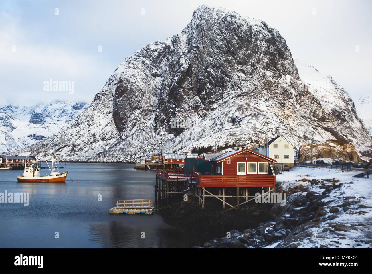 Super gran angular hermoso nevado invierno vista de Reine, Noruega, Islas Lofoten, con rascacielos, montañas, famoso pueblo pesquero con cabaña Pesca rojo Imagen De Stock