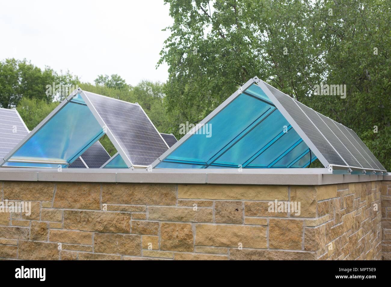 Paneles solares en el techo, en el Museo Bakken en Minneapolis, Minnesota, USA. Imagen De Stock
