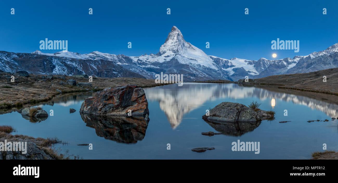 Atardecer en Matterhorn con reflexión en Stellilake en la tarde Foto de stock