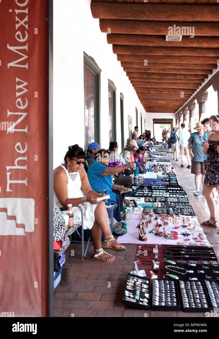 Mercado de joyería india tiene lugar casi todos los días en el portal del norte del Palacio de los Gobernadores en la plaza histórica de Santa Fe Imagen De Stock