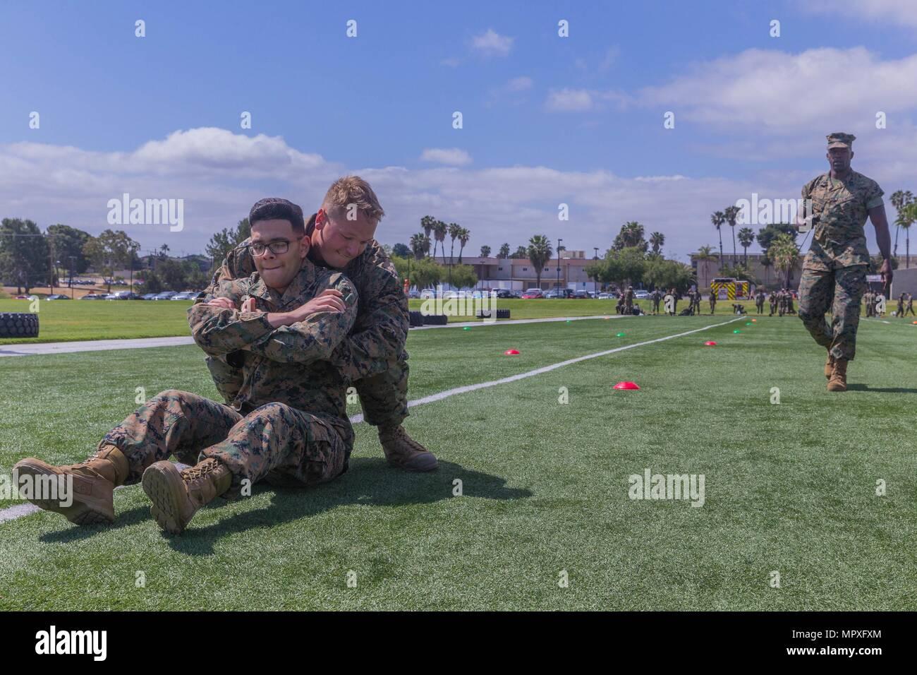 Los Marines de Estados Unidos participa en la Buddy arrastrar parte de la maniobra bajo fuego durante un combate fitness test para el comandante general del programa de inspección en la casa de campo de página en Marine Corps Base Camp Pendleton, California el 15 de mayo de 2018, 15 de mayo de 2018. Un Marine es la buena forma física es esencial para el día a día la eficacia y preparación para el combate de la Infantería de Marina. El Marine Corps física se considera un aspecto indispensable de liderazgo. (Ee.Uu. Marine Corps foto por Lance Cpl. Kerstin Roberts/liberado). () Imagen De Stock