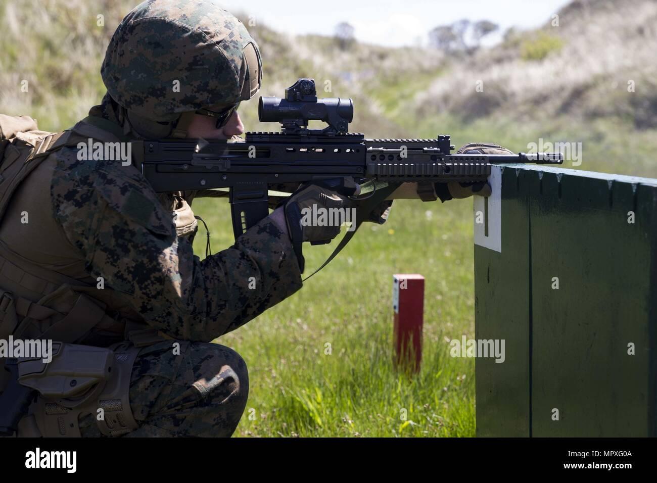 El Sargento de Infantería de Marina de los EE.UU. Randel McCellean, combatir la puntería, instructor, empresa de formación de puntería, armas batallón de formación, realizar ejercicios de disparo con una SA80 A2 rifle de asalto durante la marina real filmación operacional (Concurso RMOSC) en el campamento de entrenamiento, Hightown Altcar, Reino Unido, 15 de mayo de 2018, 15 de mayo de 2018. La Infantería de Marina de Estados Unidos viaja al Reino Unido anualmente para competir en el (RMOSC) con la oportunidad de intercambiar las experiencias operacionales, físicos y entrenamiento de puntería. (Ee.Uu. Marine Corps foto por CPL. Robert Gonzáles). () Imagen De Stock