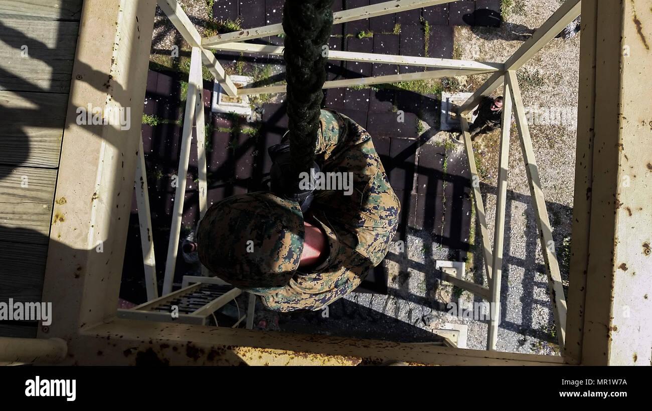 La Marina de los EE.UU. asignados a fines especiales Marine Air-Ground Task Force-Crisis Response-Africa elemento de combate en tierra desciende rápidamente una línea de cuerda en la Estación Aérea Naval de Rota, España, 18 de abril de 2017. SPMAGTF-CR-AF desplegado para llevar a cabo limita la respuesta a las crisis y el teatro de las operaciones de seguridad en Europa y Norte de África. (Ee.Uu. Marine Corps Foto por CPL. B. Jodson sepulturas) Imagen De Stock