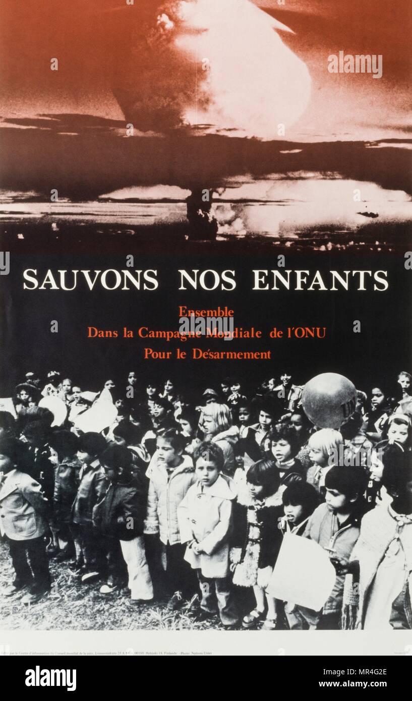 """Francés póster de las Naciones Unidas ' Guardar nuestros hijos"""" nos enfants Sauvons) producidos como parte de una campaña de desarme durante la guerra fría. Circa 1978 Imagen De Stock"""