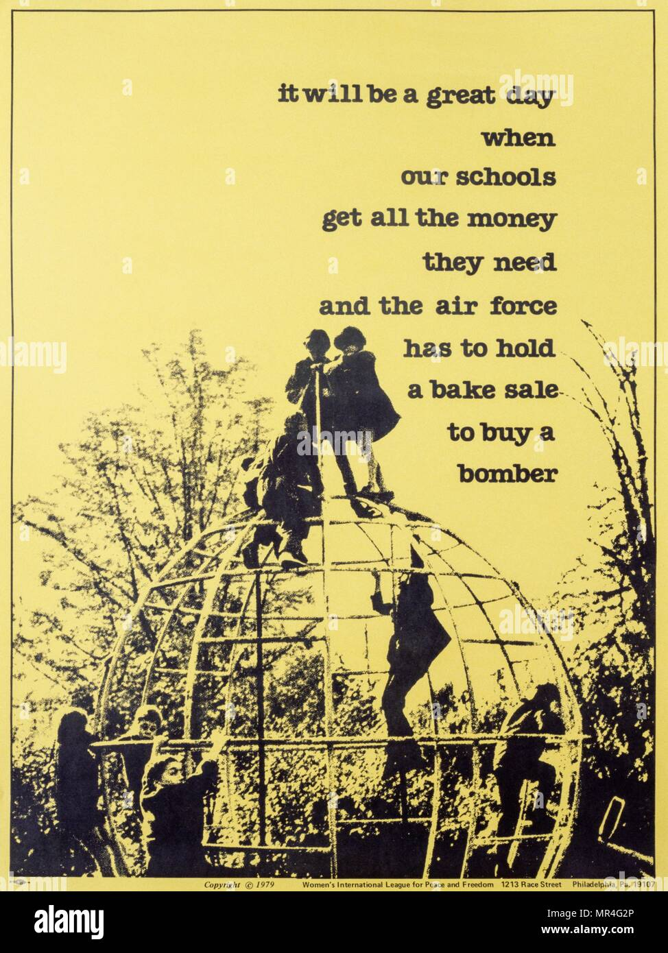 """Póster anti-guerra producida por la Liga Internacional de Mujeres pro Paz y Libertad EE.UU., 1979. """"Será un gran día cuando nuestras escuelas conseguir todo el dinero que necesitan y la fuerza aérea tiene que llevar a cabo una venta de pasteles para comprar un bombardero'. La propaganda de la guerra fría Imagen De Stock"""