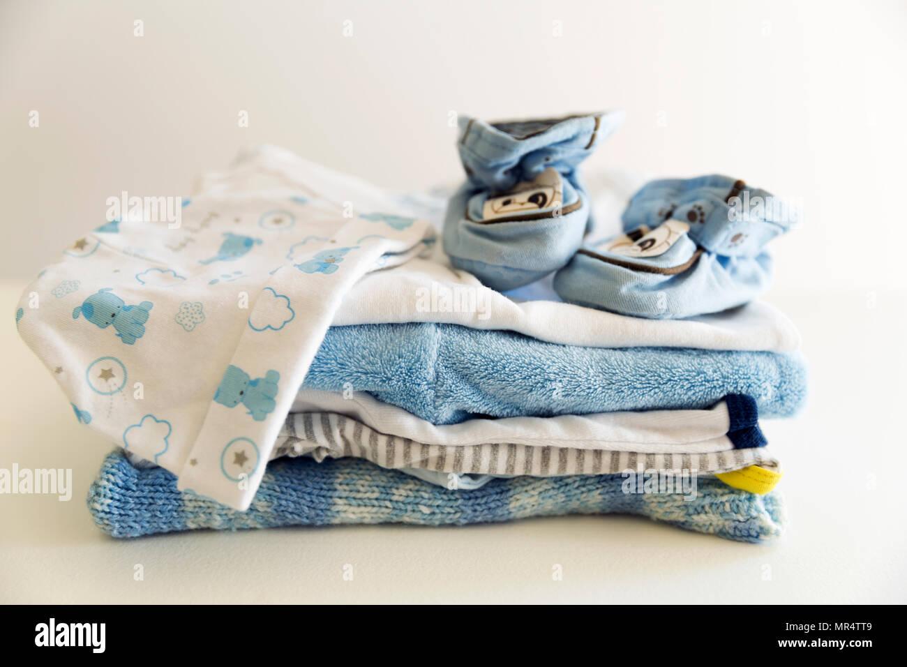 516ab1bf4 Conjunto de cosas para un bebé recién nacido varón. Concepto materno. Ropa  de bebé en montón y tiny baby shoes y hat