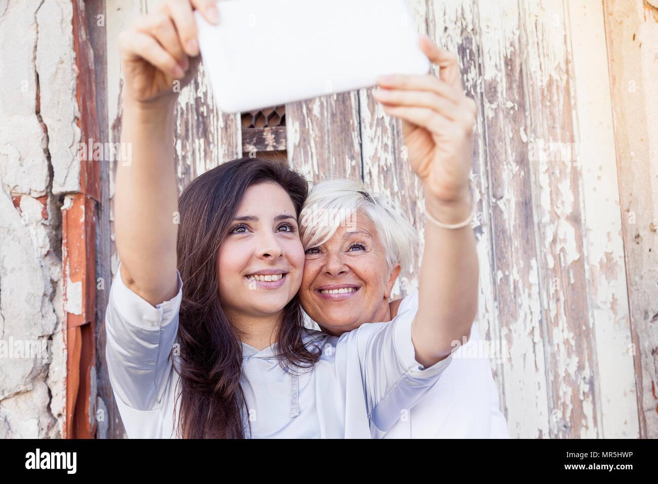 Madre e hija adulta tome un selfie afuera Imagen De Stock