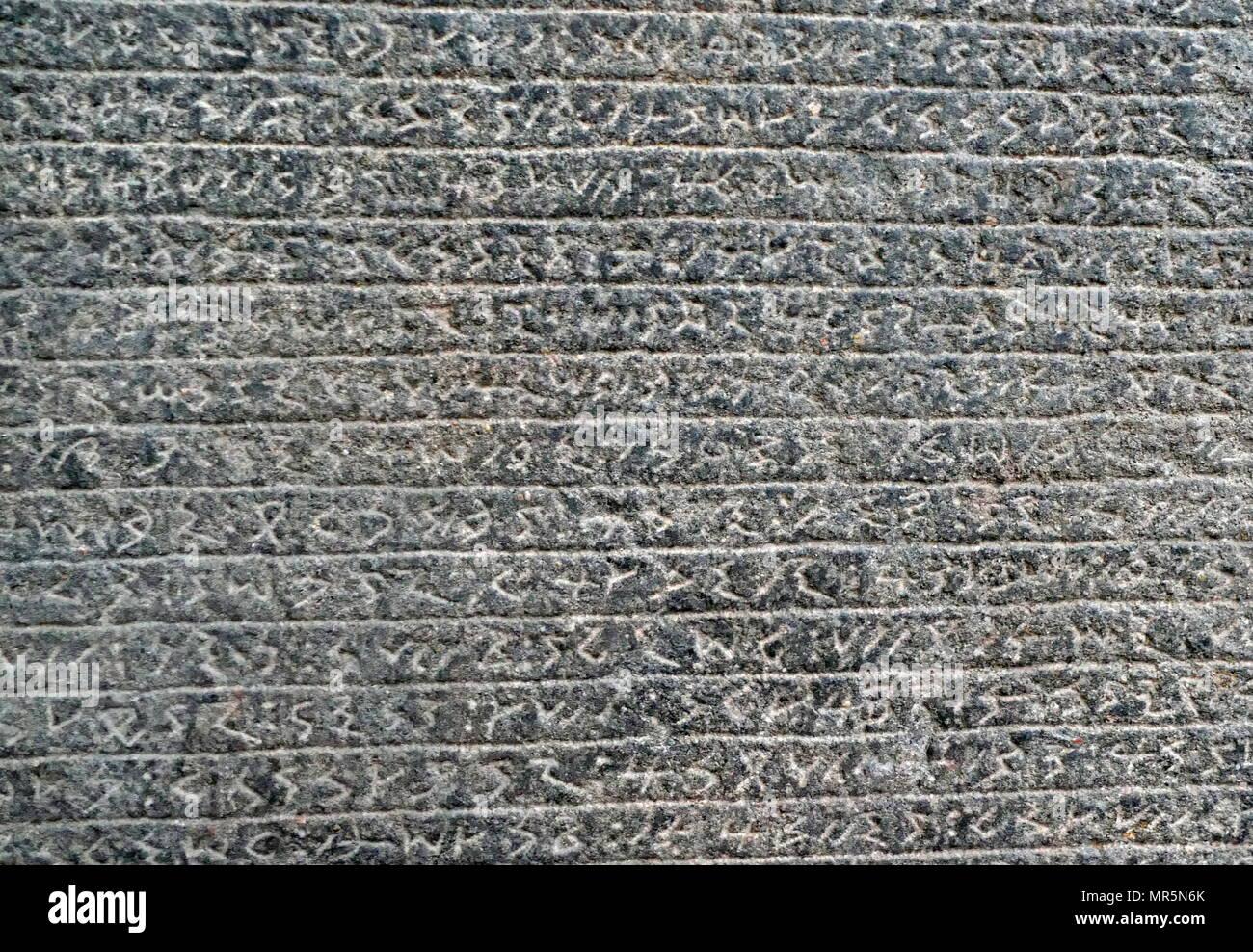 Estela de piedra arenisca inscrito en Meroitic script. Encontrado en un edificio en ruinas al sur de Meroe. Es en gran parte indescifrables, pero los nombres de la Reina y el príncipe Akinidad Amanirenas son reconocibles. Estos gobernantes se vivió durante el final de la primera centum BC, en el momento de Meroes conflicto con los romanos. Por lo tanto, se ha sugerido que la estela fue creado para conmemorar el Mereitic raid en la primera catarata región bajo ocupación romana en 24 AC. Imagen De Stock