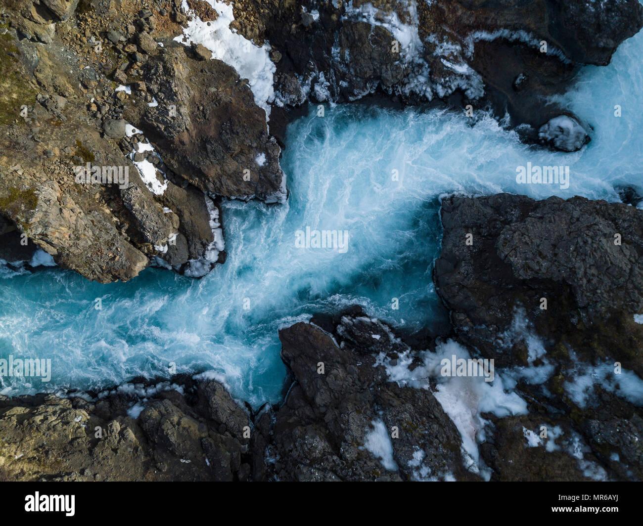 Vista aérea, lluvias río Hvítá desde arriba, cerca de las cascadas Hraunfossar, West Island, Islandia Imagen De Stock