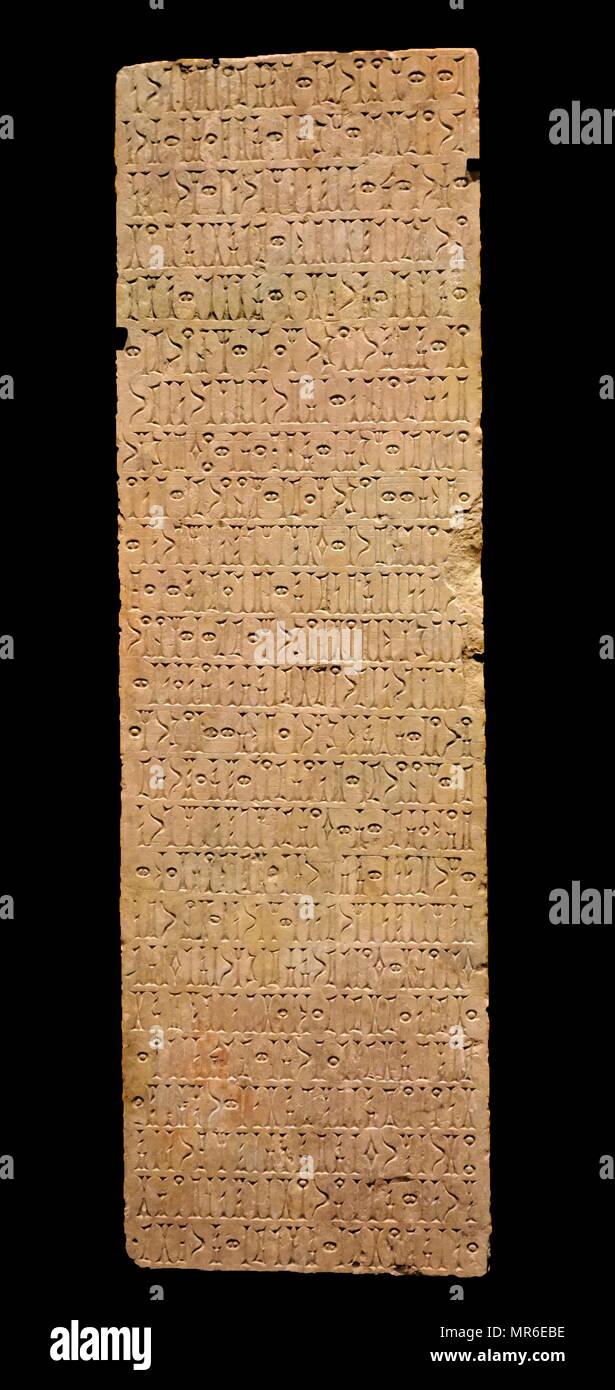 Estela, inscrito con la segunda parte de un real decreto, en el sur de la escritura árabe (qatabanic). La piedra caliza. Entre el 50 y el 25 A.C. AD. Yemen, reino de Qataban, antigua ciudad de Maryamatum, hoy al-'adi en el wadi Harib, entre Ma'rib y Bayhän Imagen De Stock
