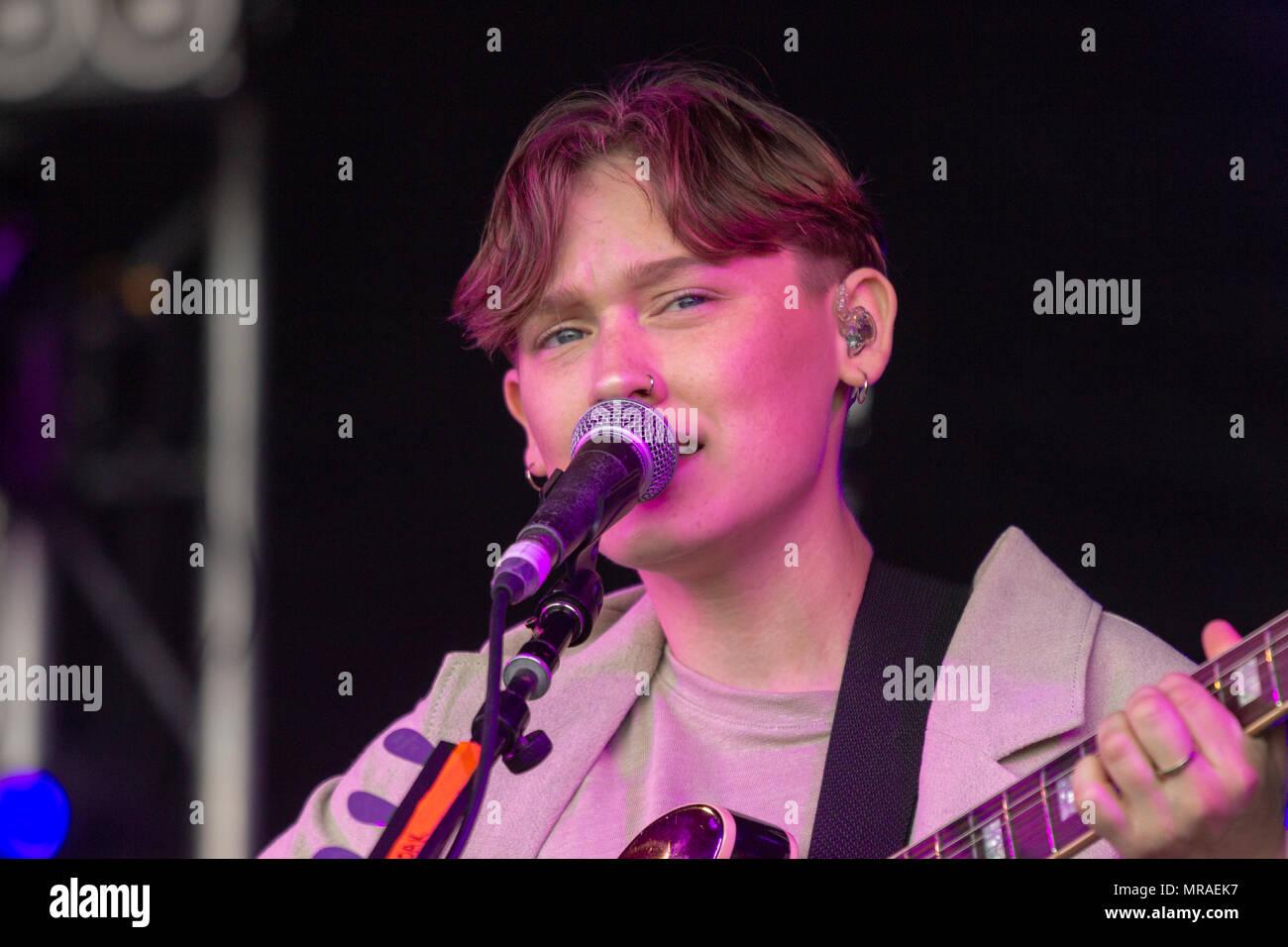 """Belfast, Reino Unido, 26 de mayo de 2018. Realizar en la BBC6 Music más grande de fin de semana en Belfast, Bridie Monds-Watson, mejor conocida por su nombre artístico empapar, es un cantautor irlandés nacido en Derry, en Irlanda del Norte, en 1996. Remoje la música ha sido descrito como """"un retrato vívido de los adolescentes pensamiento profundo"""" por el tutor. Crédito: Darron Mark/Alamy Live News Imagen De Stock"""
