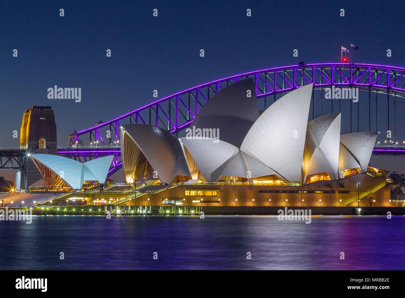 Sydney Harbour Bridge y la Ópera de Sydney durante el 2018 'vivo' Festival de Sydney, que considera a efectos de iluminación especiales mostrados en notable landmar Imagen De Stock