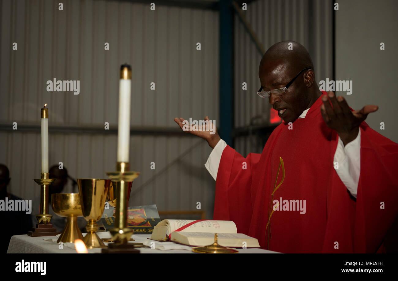 Capellán (capitán) John Appiah, 455a ala expedicionaria aérea, da un sermón durante una celebración de los Mártires de Uganda en el aeródromo de Bagram, Afganistán, 3 de junio de 2016. La capilla de Bagram equipo hace su mejor para acomodar todo y proporciona los servicios religiosos necesarios para cada religión. Bagram tiene una gran población de trabajadores ugandeses, así que el equipo de Capilla juntos un servicio religioso para ellos, que observó los mártires de Uganda. (Ee.Uu. Foto de la fuerza aérea por el Sargento. Benjamin Gonsier) Foto de stock