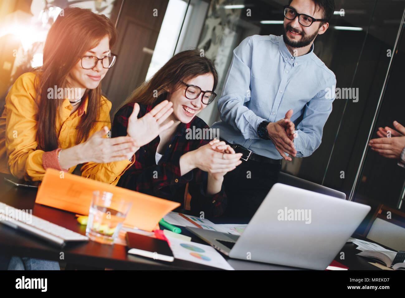 Grupo de socios aplaudiendo reporter después de enseñar en la habitación Loft moderno. Aplausos después de la conferencia. Coworking team Foto de stock