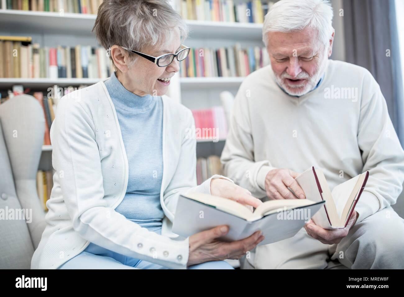 Senior Pareja leyendo libros. Imagen De Stock