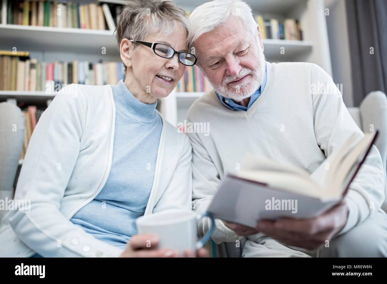 Pareja Senior libro de lectura. Imagen De Stock