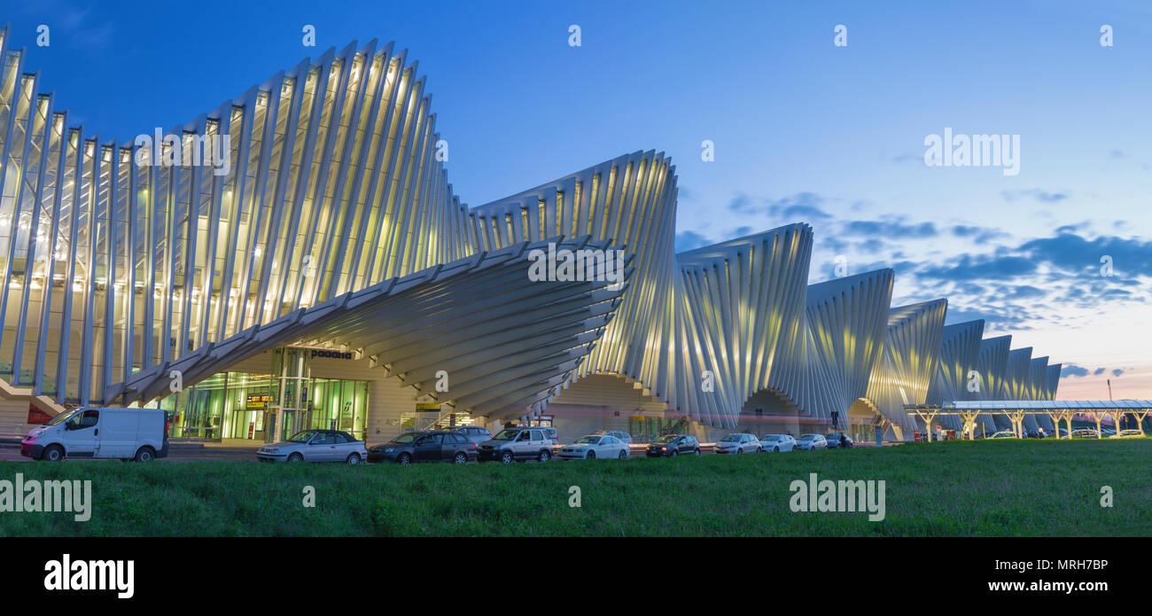 REGGIO EMILIA, Italia - 13 de abril, 2018: Reggio Emilia Mediopadana AV de la estación de tren al anochecer por el arquitecto Santiago Calatrava. Imagen De Stock