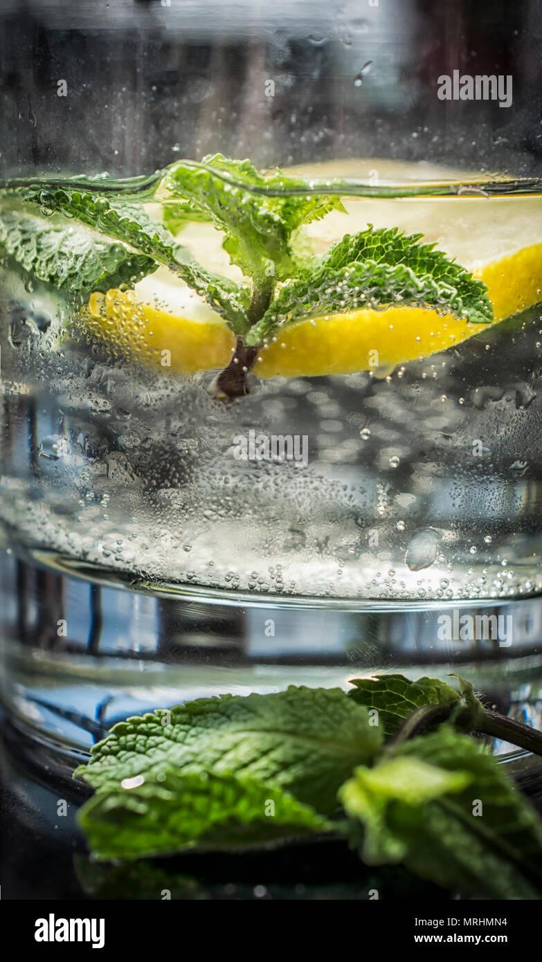 Agua mineral con limón y menta Foto de stock