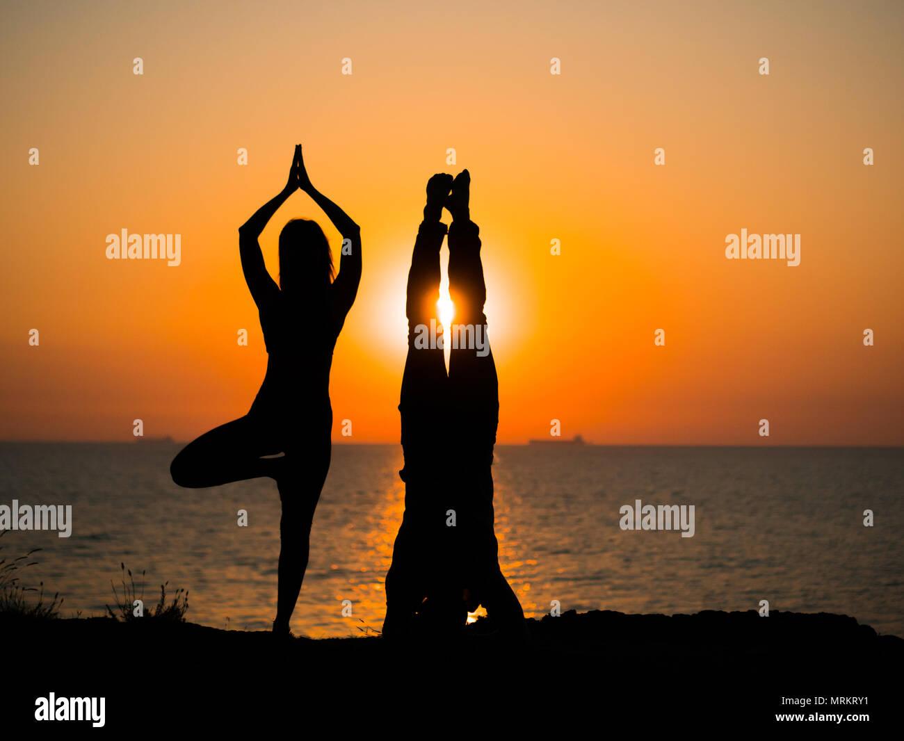 Silueta Hombre Y Mujer: Silueta De La Mujer Y El Hombre Joven Pareja Haciendo Yoga