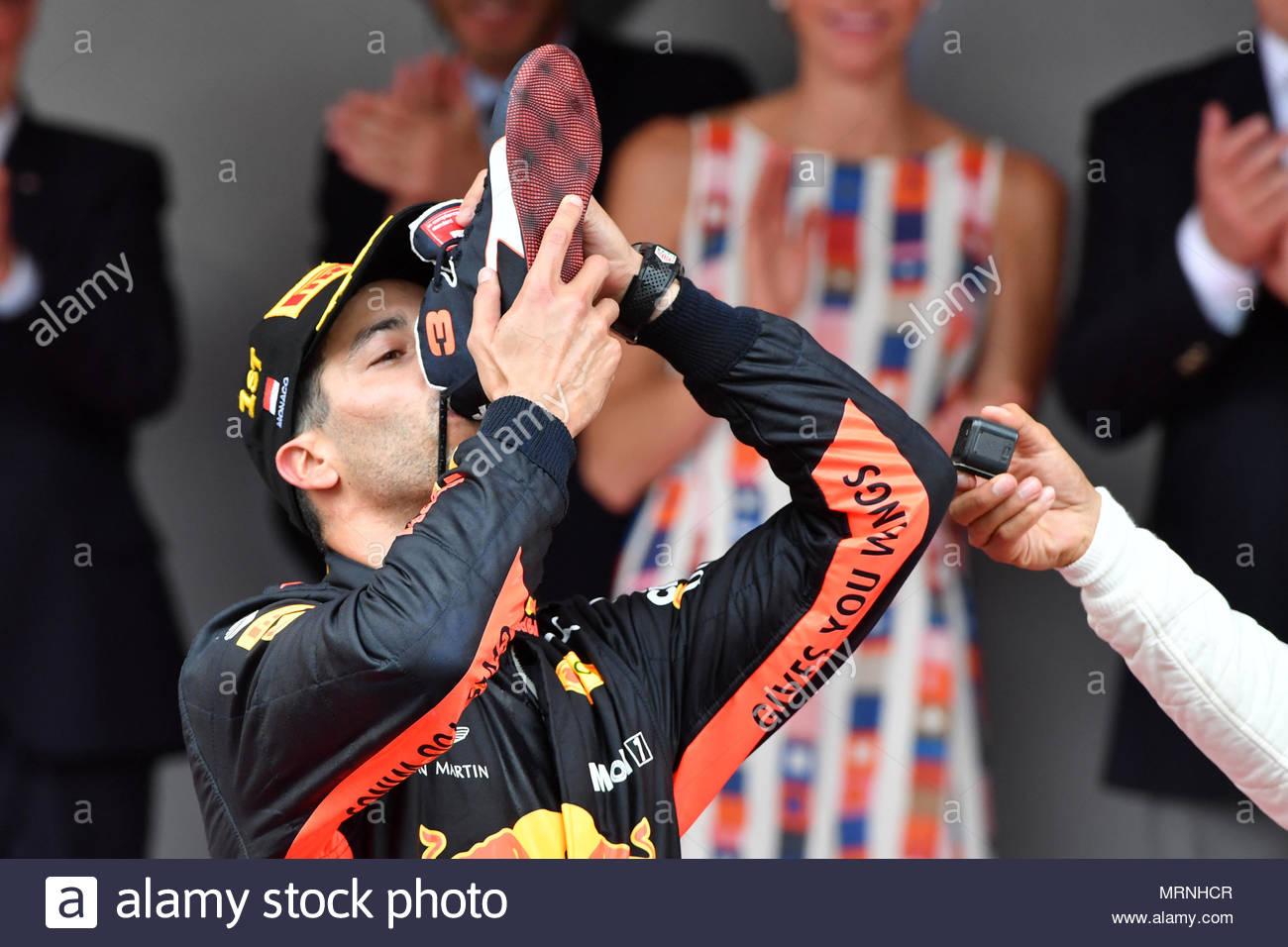 Monte Carlo Monaco Mayo 27 Ganador De La Carrera Daniel Ricciardo Aus Red Bull Racing Celebra En El Podio Con Un Shoey Durante El Gp De Monaco En