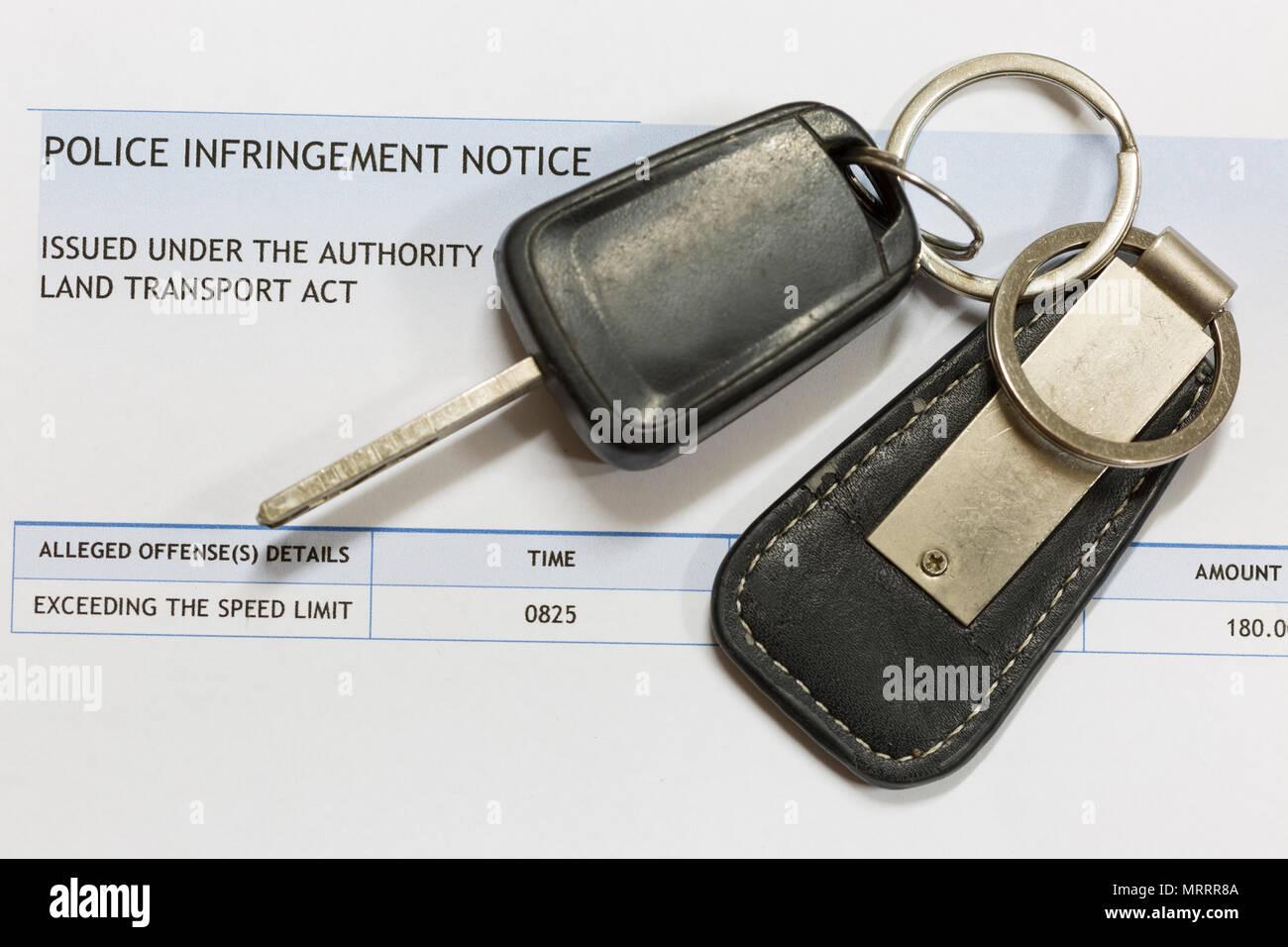 Las llaves del coche y un aviso de infracción de policía, perder una licencia por exceso de velocidad. Imagen De Stock