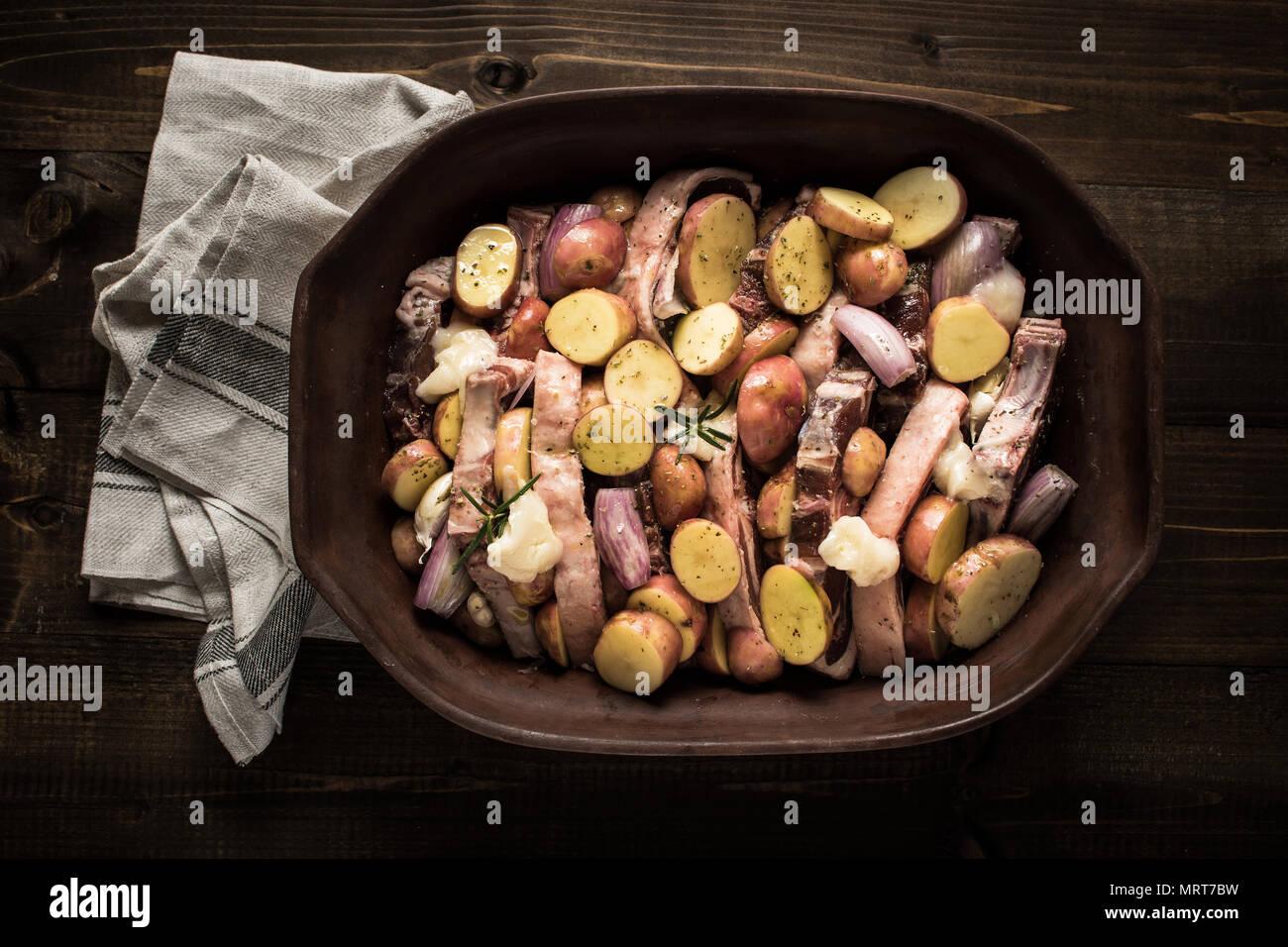 Chuletas de lomo de cordero y verduras preparadas para asar. Copie el espacio. Imagen De Stock