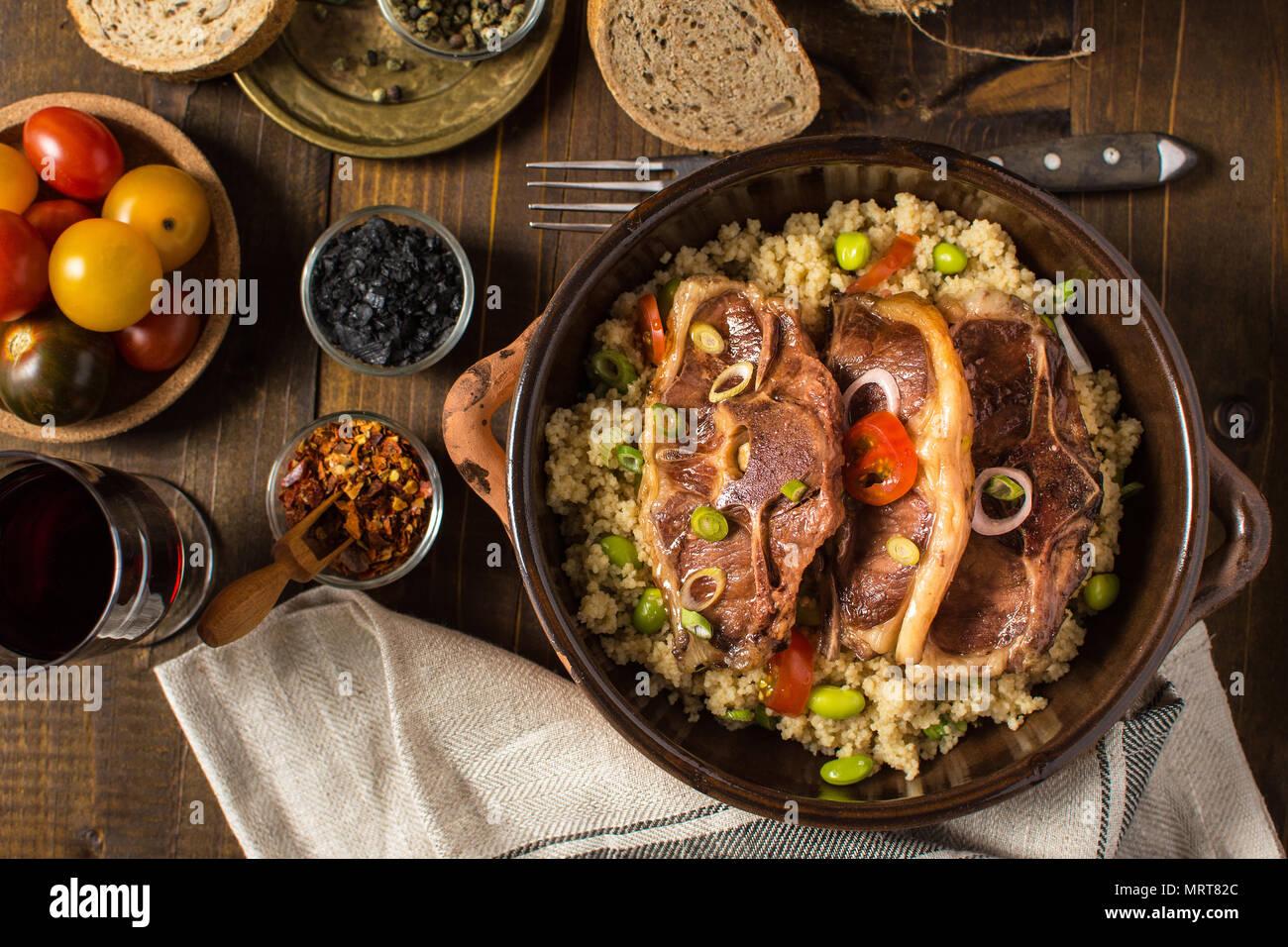 Chuletas de lomo de cordero asado con cuscús y soja Imagen De Stock