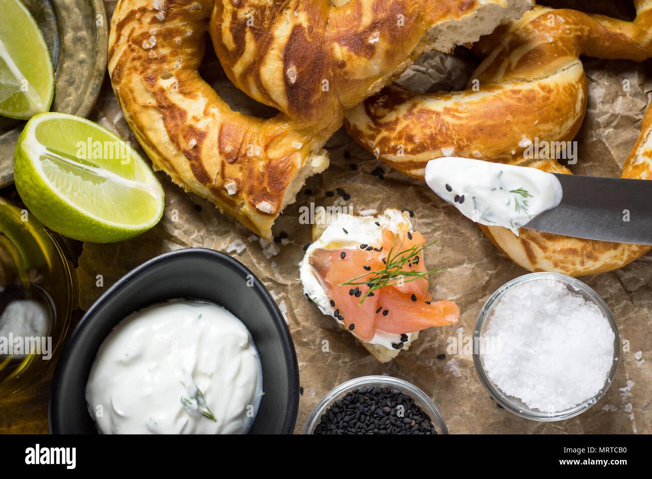 Canapés de Salmón Ahumado Canapés con queso crema, eneldo fresco y sésamo negro Foto de stock
