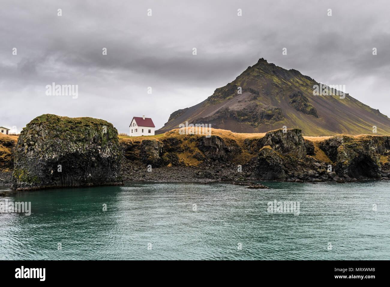 Arnarstapi, la península de Snaefellsnes, en el oeste de Islandia, Islandia. Casa aislada en la costa Foto de stock