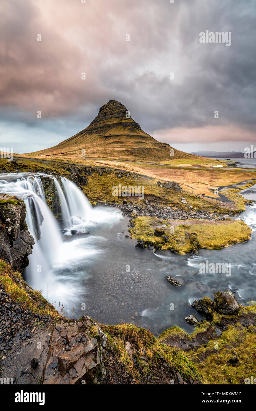 Grundafjordur, península de Snaefellsnes, en el oeste de Islandia, Islandia. Y montaña Kirkjufell Kirkjufellfoss cascada Foto de stock