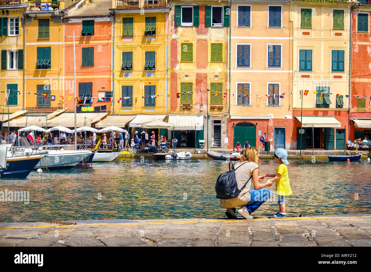 Bebé viajero viajar con niños en Italia viaje familiar la mamá y el bebé en Portofino Imagen De Stock
