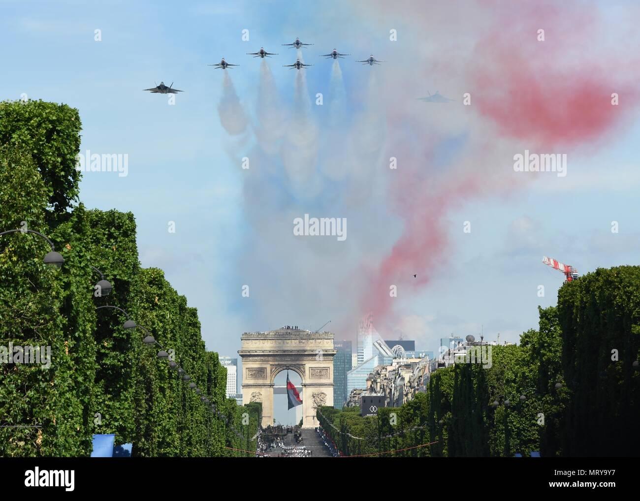 170714-N-AC979-048 París (14 de julio de 2017) en el paso con una ...