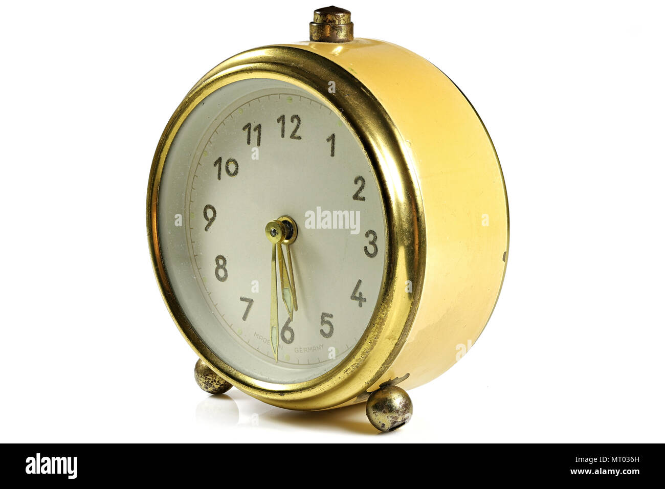 Vintage despertador sonando a las 5:30 aislado sobre fondo blanco. Foto de stock